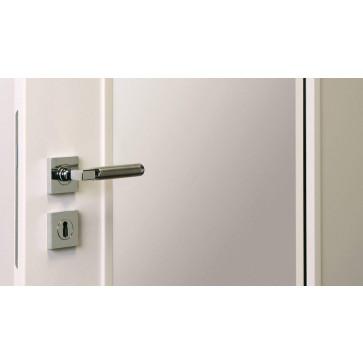 Tür mit Lichtausschnitt